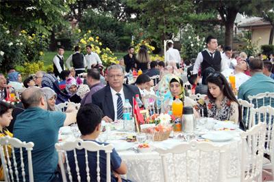 vali-soyturk-sehit-ailelerine-iftar-verdi